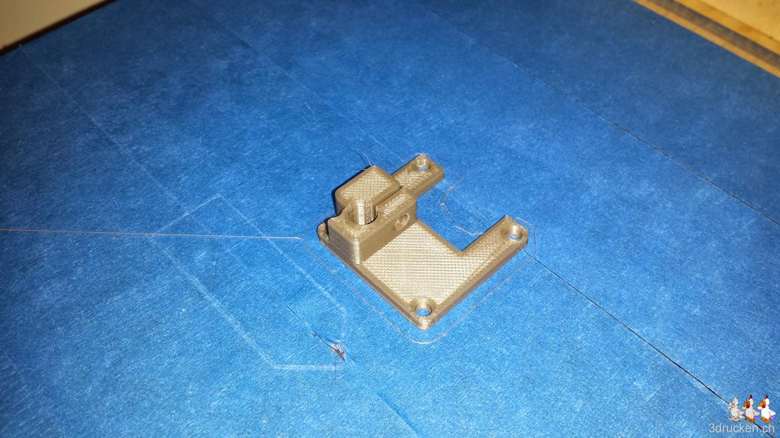 Foto des fertig gedruckten neu angepassten Bowden Tube Halters auf dem Drucktisch