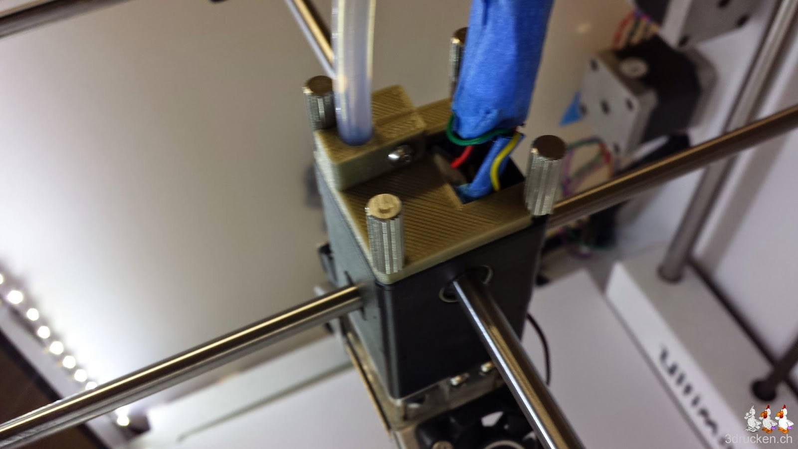 Foto der Oberseite des Druckkopfs des Ultimaker 2 von der Seite mit neu montiertem Bowden Tube Halter