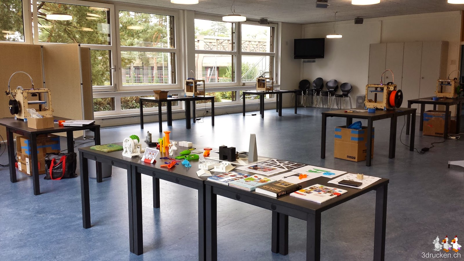 Foto des für den Kurs fertig eingerichteten Gruppenraums in der Schule Ittigen