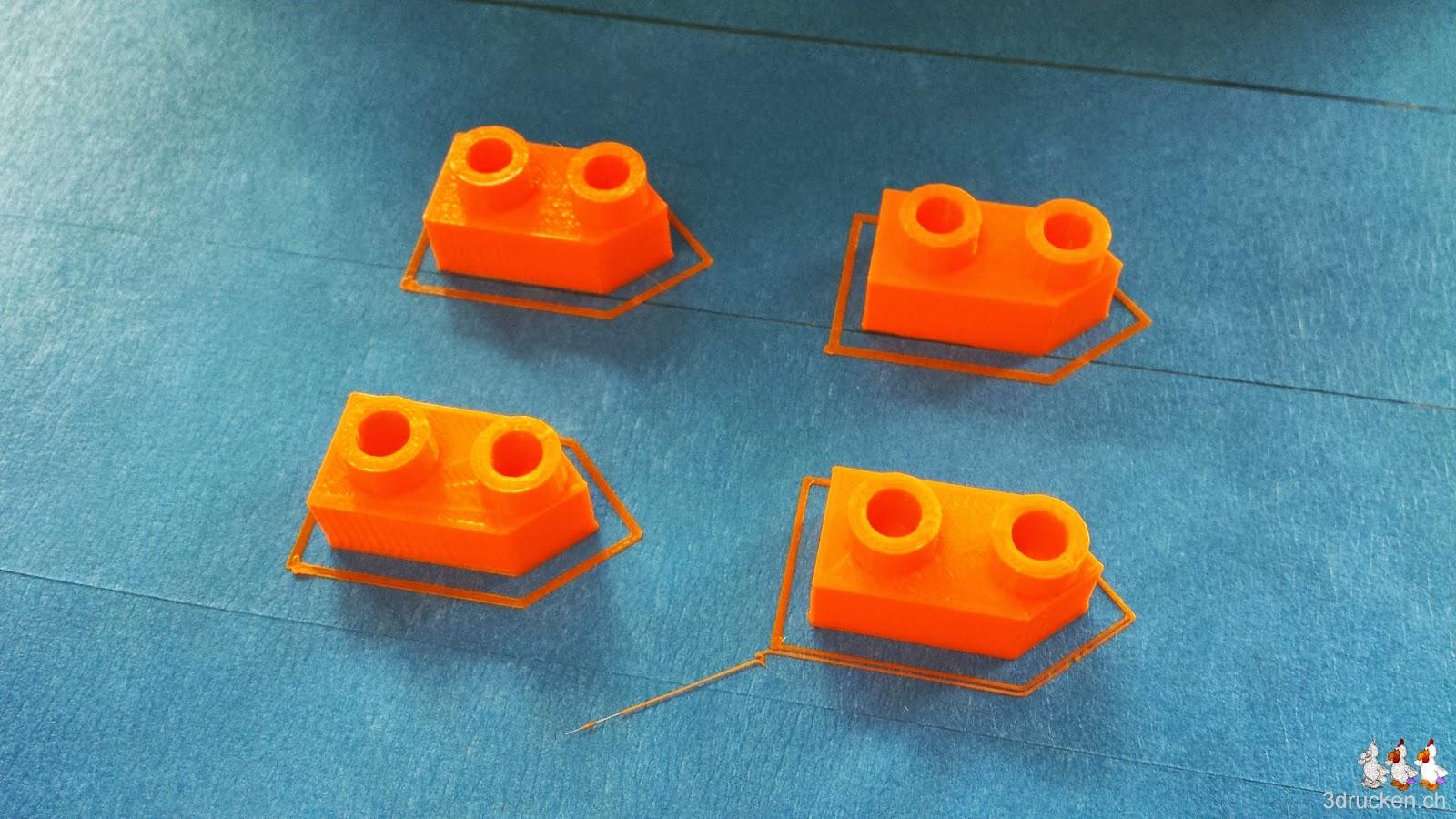 Foto von vier 2er-Schiffen aus orangem PLA auf dem Drucktisch eines Ultimaker Original
