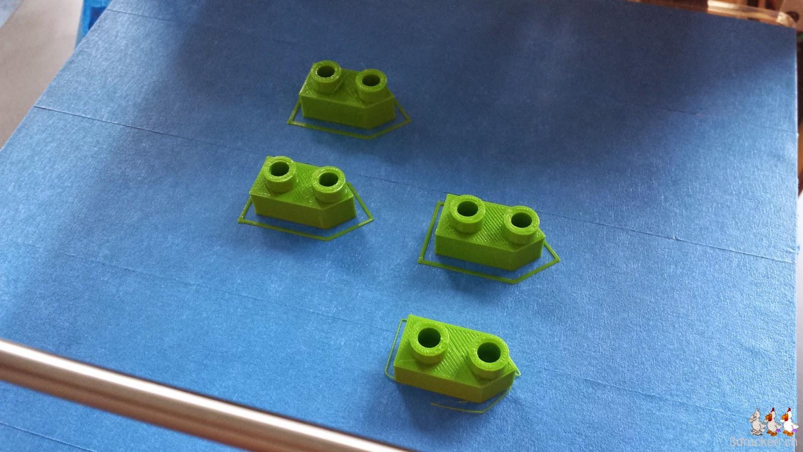 Foto von vier 2er-Schiffen aus grünem PLA auf dem Drucktisch eines Ultimaker Original