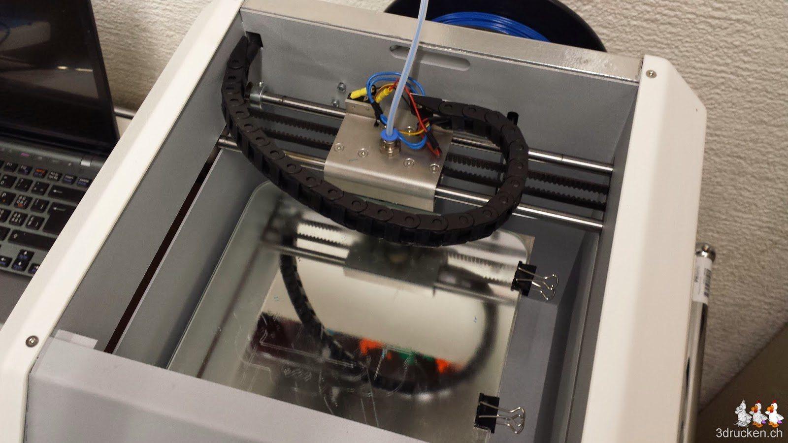 Foto des Druckkopfes und des Drucktischs des NEO von oben aufgenommen