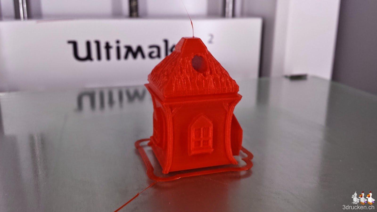 Foto des fertig gedruckten Elfenhäuschen aus rotem PLA auf dem Ultimaker 2 Drucktisch