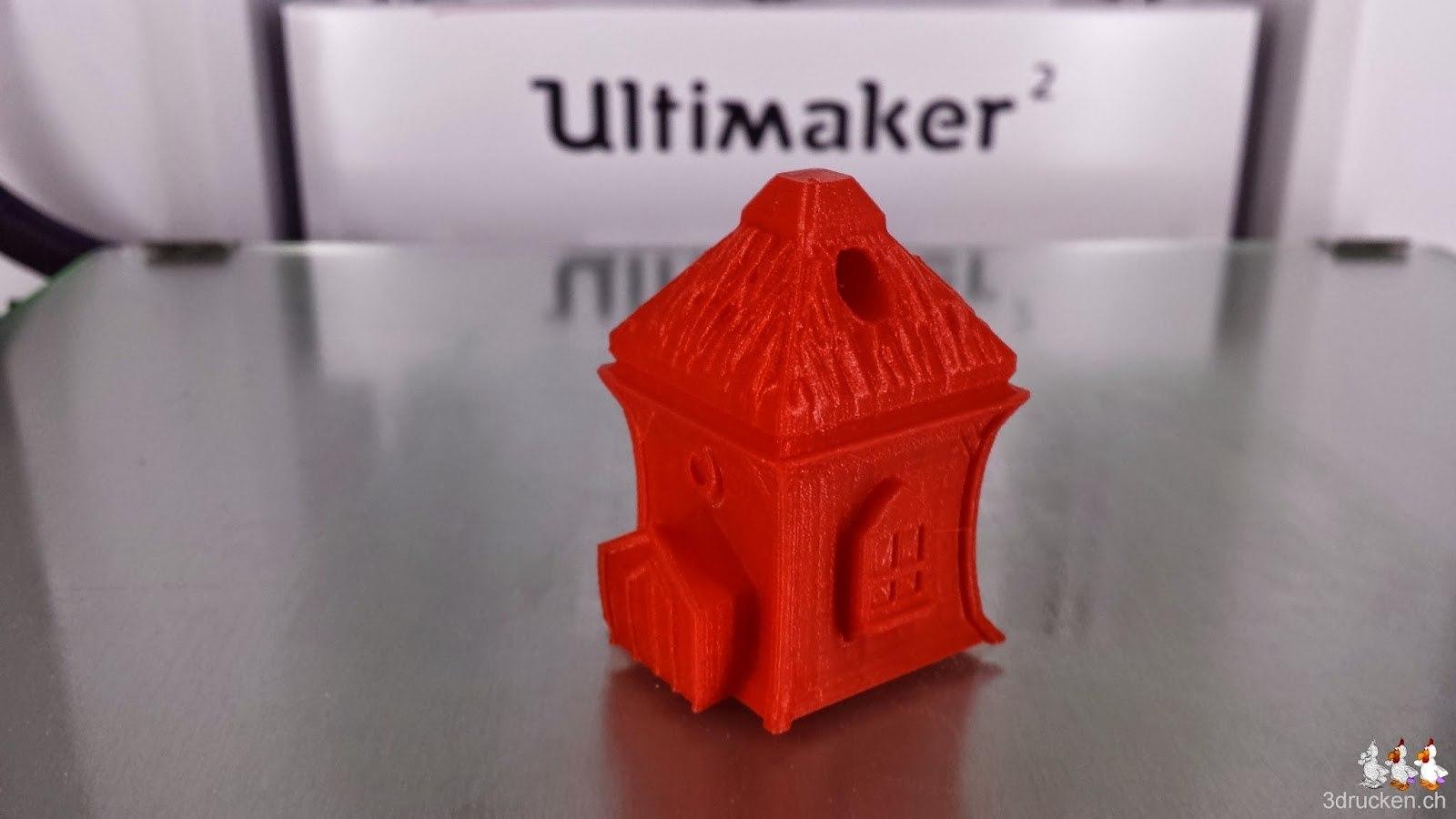 Foto des vom Drucktisch des Ultimaker 2 gelösten Elfenhäuschen aus rotem PLA