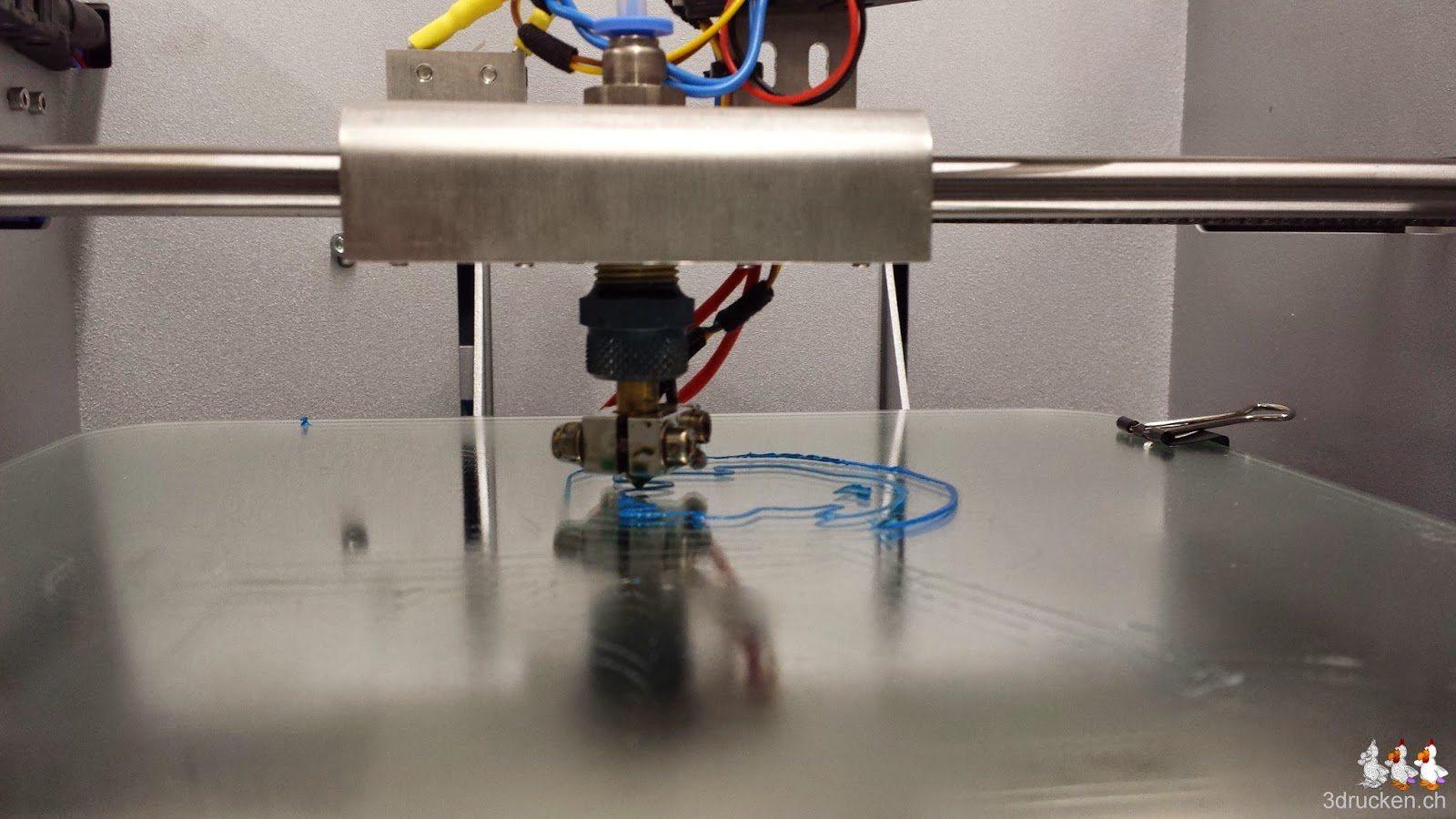 Foto der ersten Schicht während des ersten Testdrucks ab vorgefertigtem GCODE im NEO