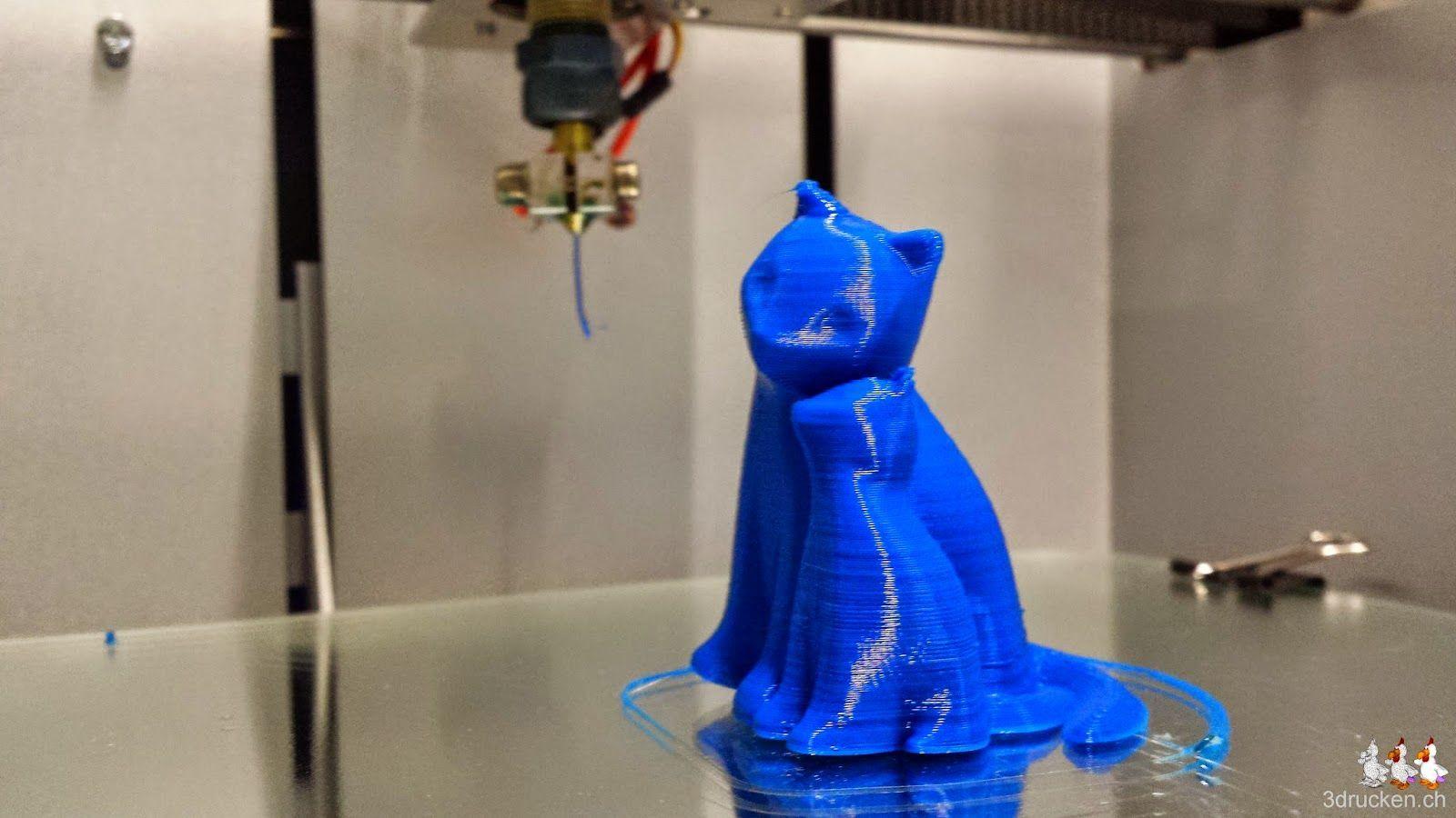 Foto der beiden fertig gedruckten kuschelnden Katzen aus blauem PLA auf dem Drucktisch des NEO
