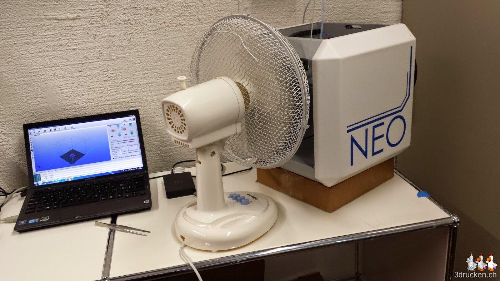 Foto der Testanordnung mit NEO, Ventilator und Notebook