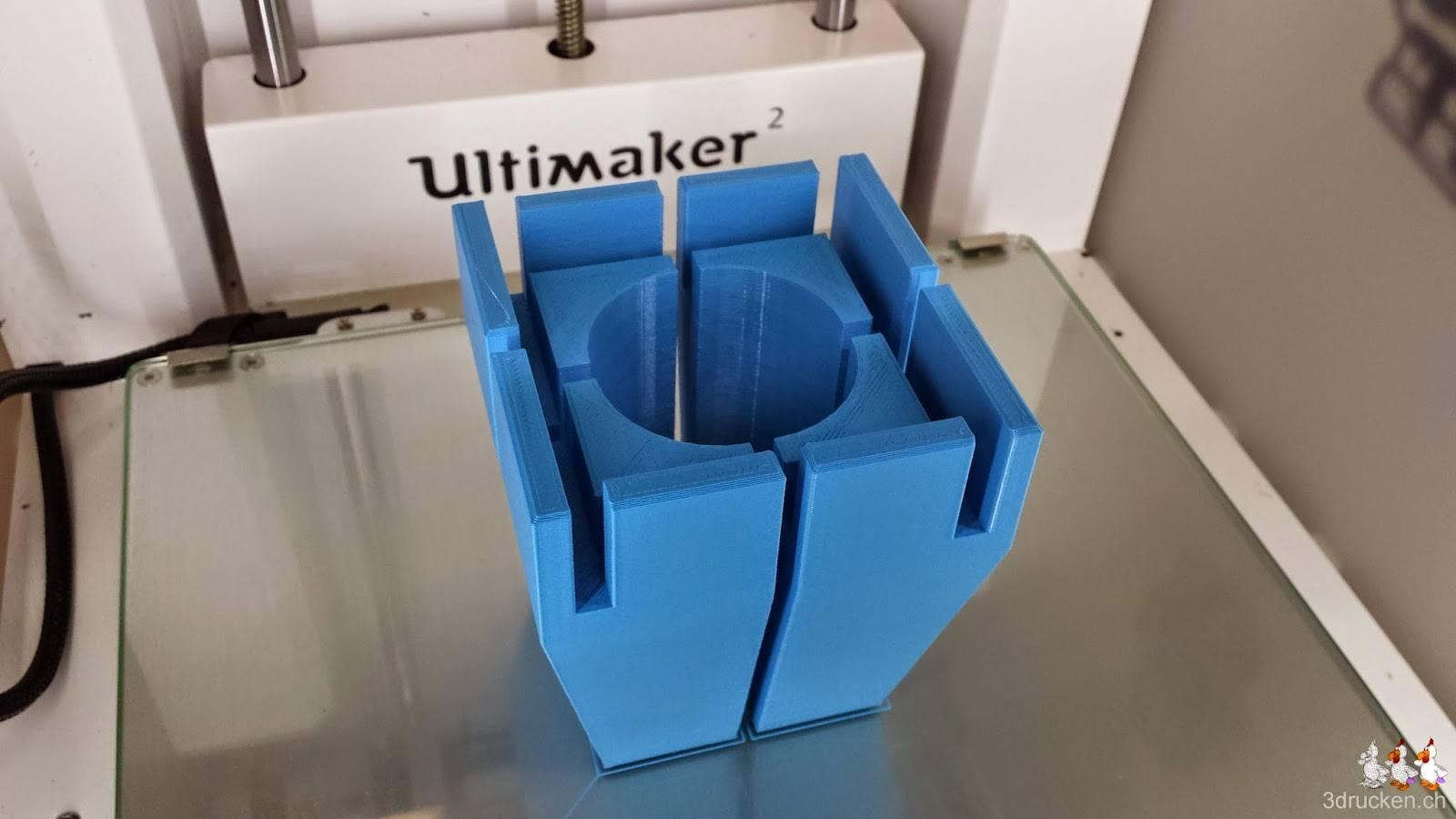 Foto des Drucktischs im Ultimaker 2 mit den vier Füssen für den neuen Drucker