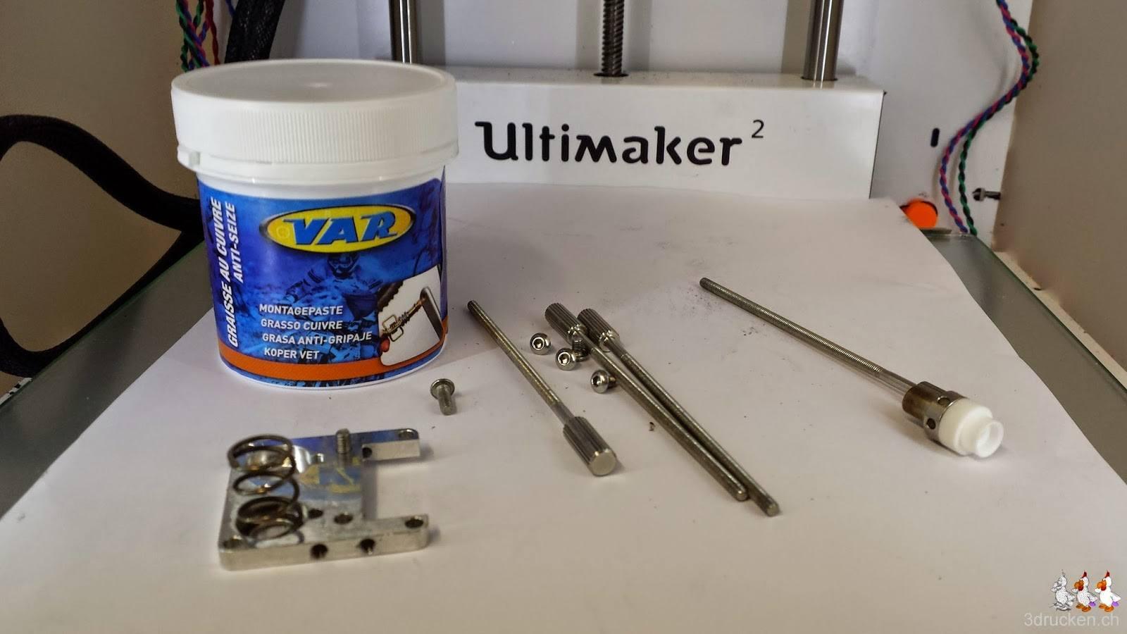 Foto der Einzelteile und des Kupferfetts vor dem neuen Zusammenbau des Druckkopfs