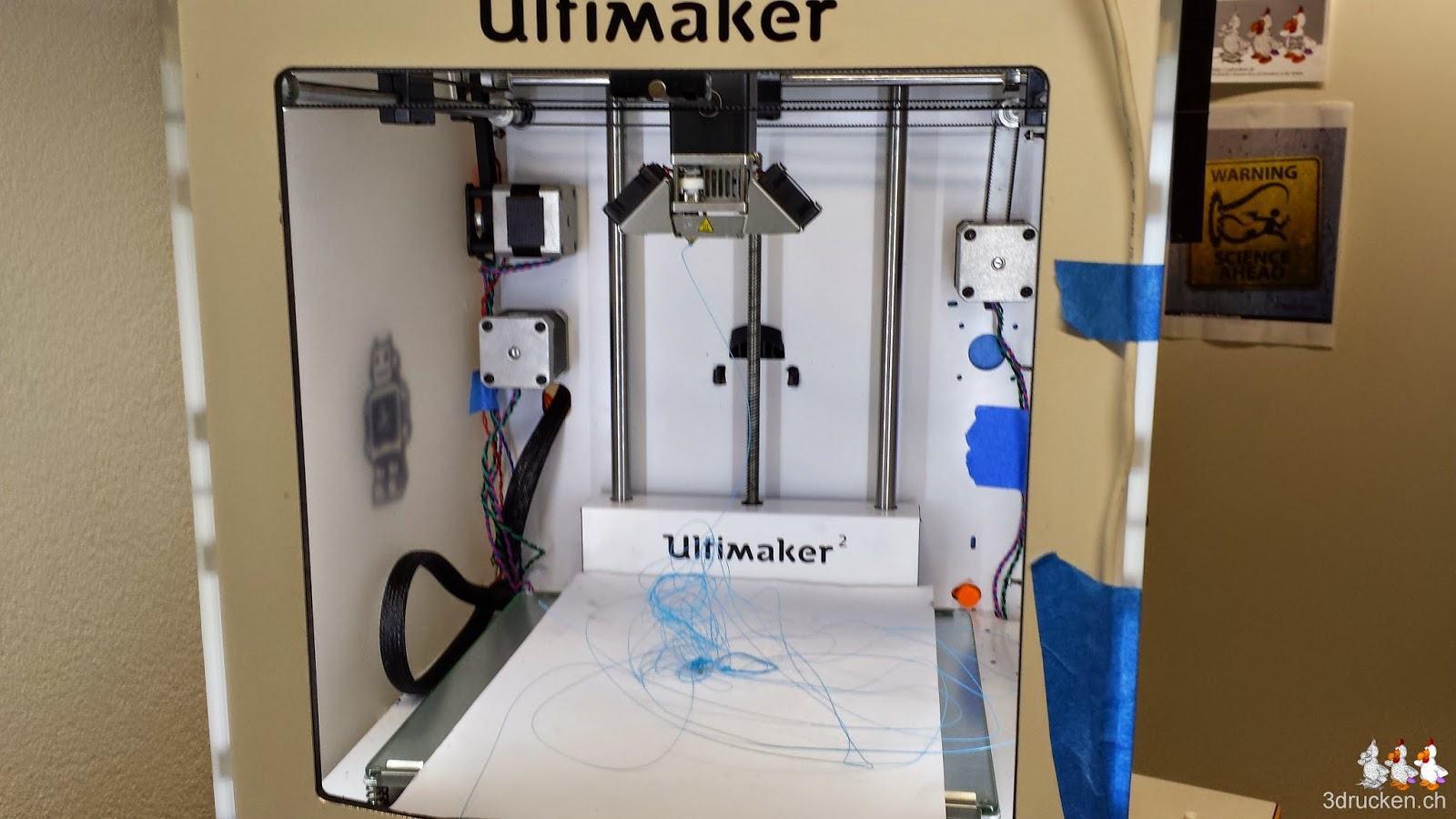Foto des Bauraums des Ultimaker 2 mit Material das aus dem Druckkopf extrudiert wird
