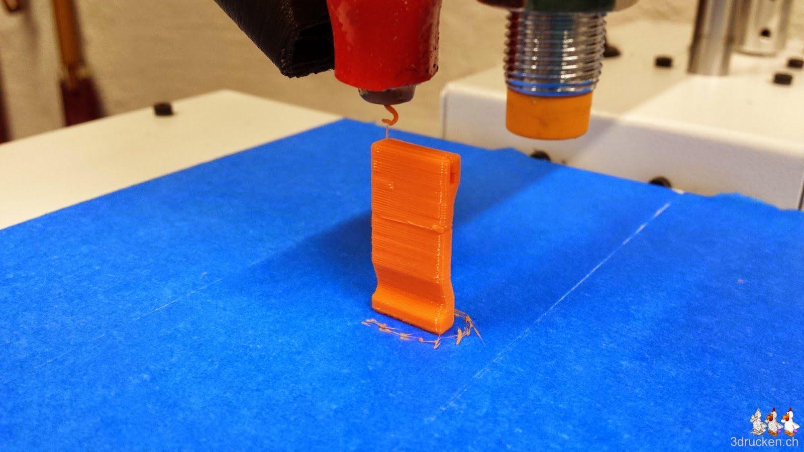 Foto des fertig gedruckten Micro SD-Kartenhalters auf dem Drucktisch des Printrbot Simple Metal