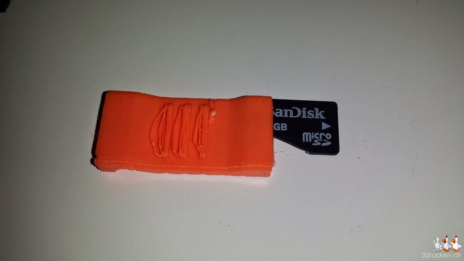 Foto der gebrochenen Micro SD-Karte im gedruckten Kartenhalter