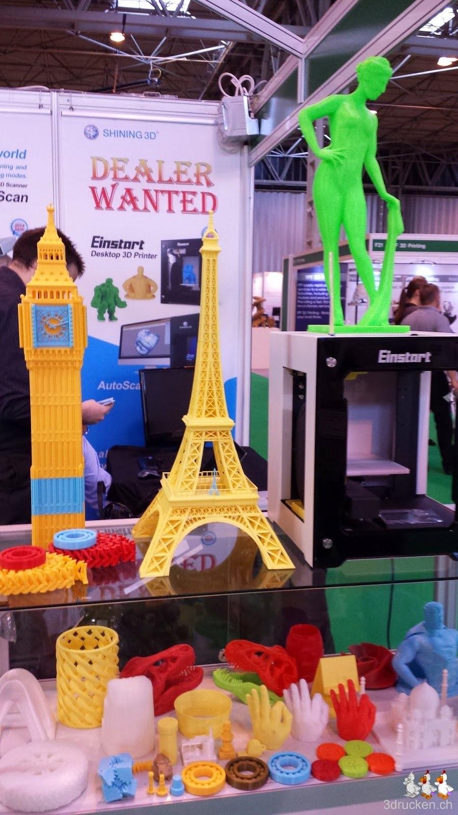 Foto vom Stand von Shining 3D Tech mit vielen Ausstellungsmodellen, alle ohne Quellenangabe