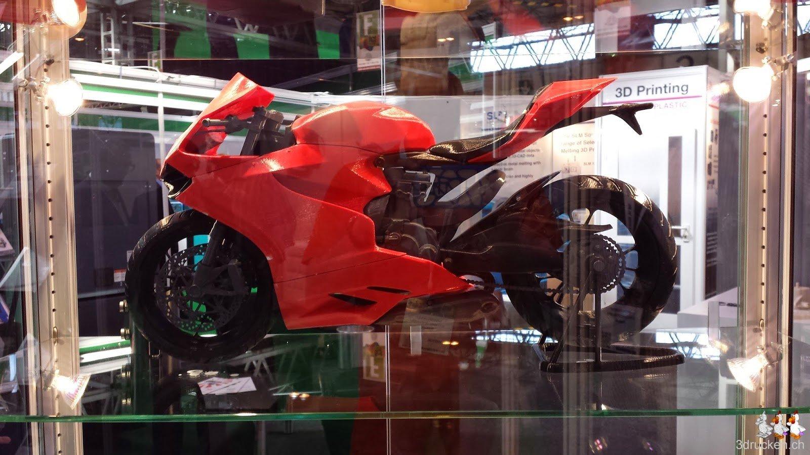 Foto eines schönen Ausstellungsmodells, ein rot-schwarzes Motorrad