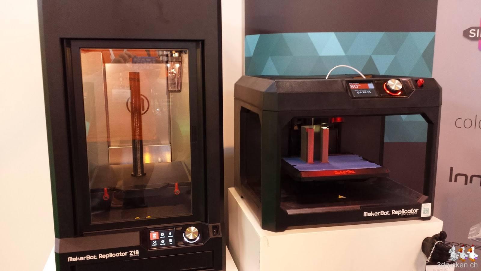 Foto von zwei Makerbot Replikator 3D-Druckern