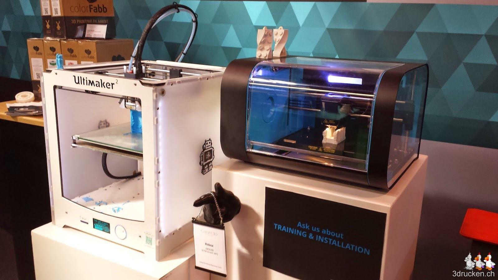 Foto eines Ultimaker 2 neben einem robox 3D-Drucker
