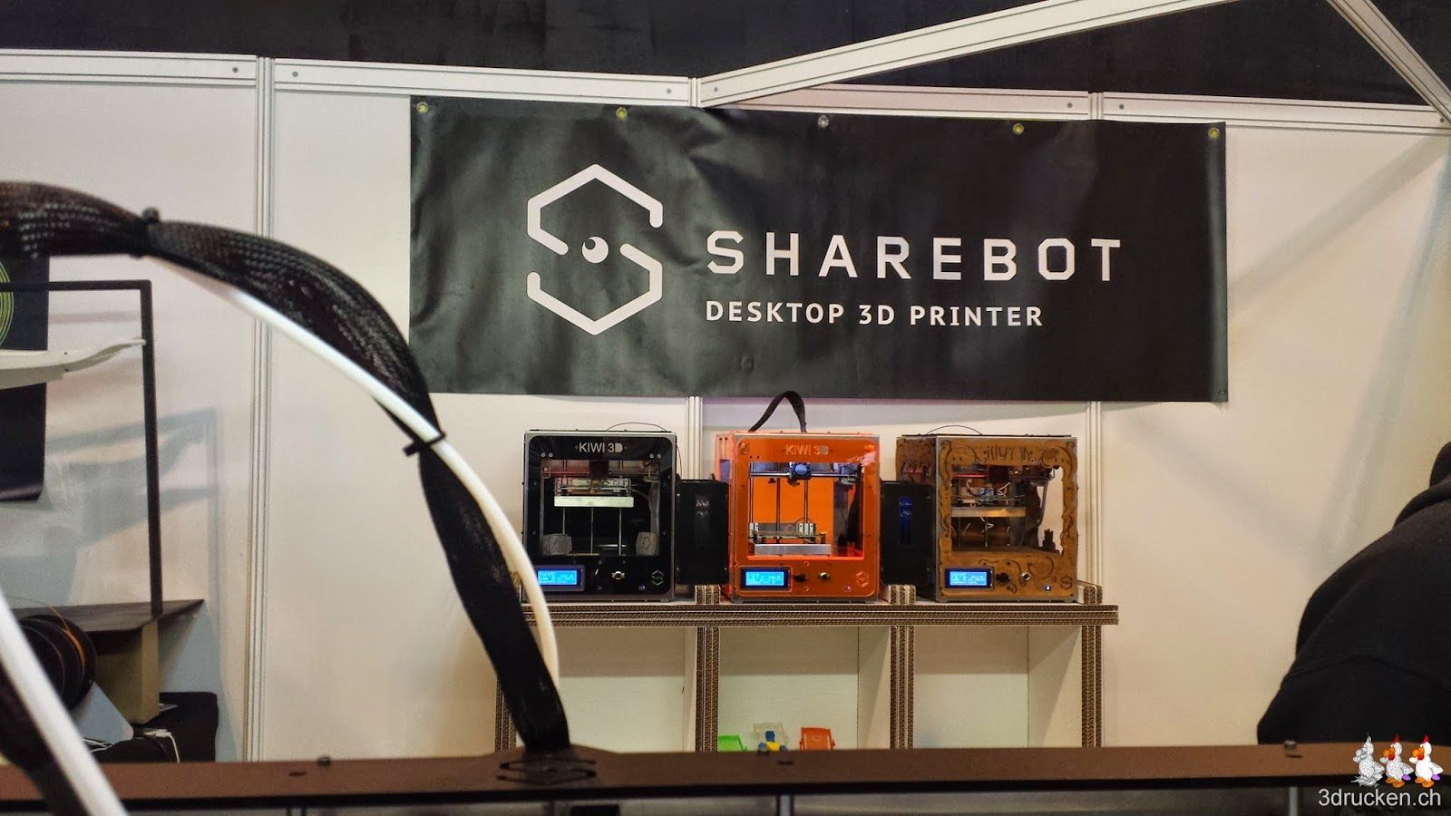 Foto von 3 Sharebot Kiwi 3D-Druckern auf dem Stand von Sharebot