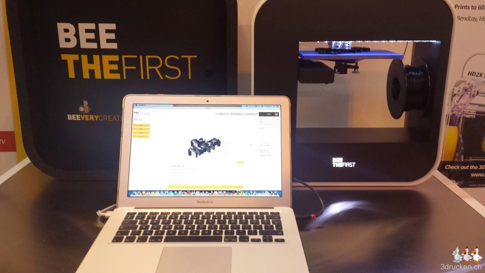 Foto eines BEETHEFIRST 3D-Druckers und einem Macbook mit der passenden Software drauf
