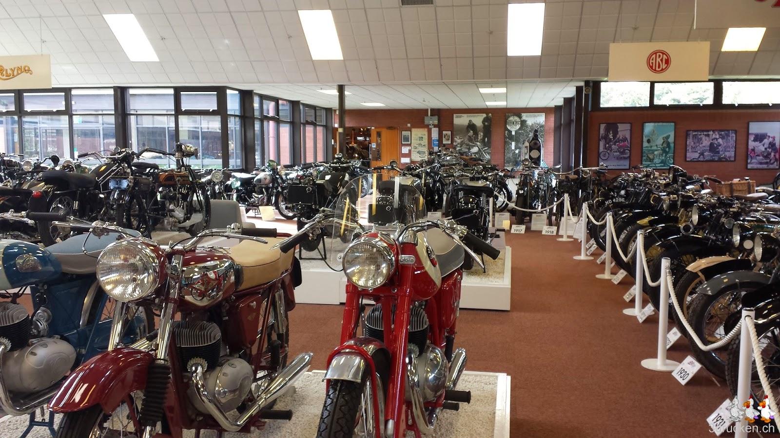 Foto mit Motorrädern in einem Ausstellungsraum im British Motorcycle Museum