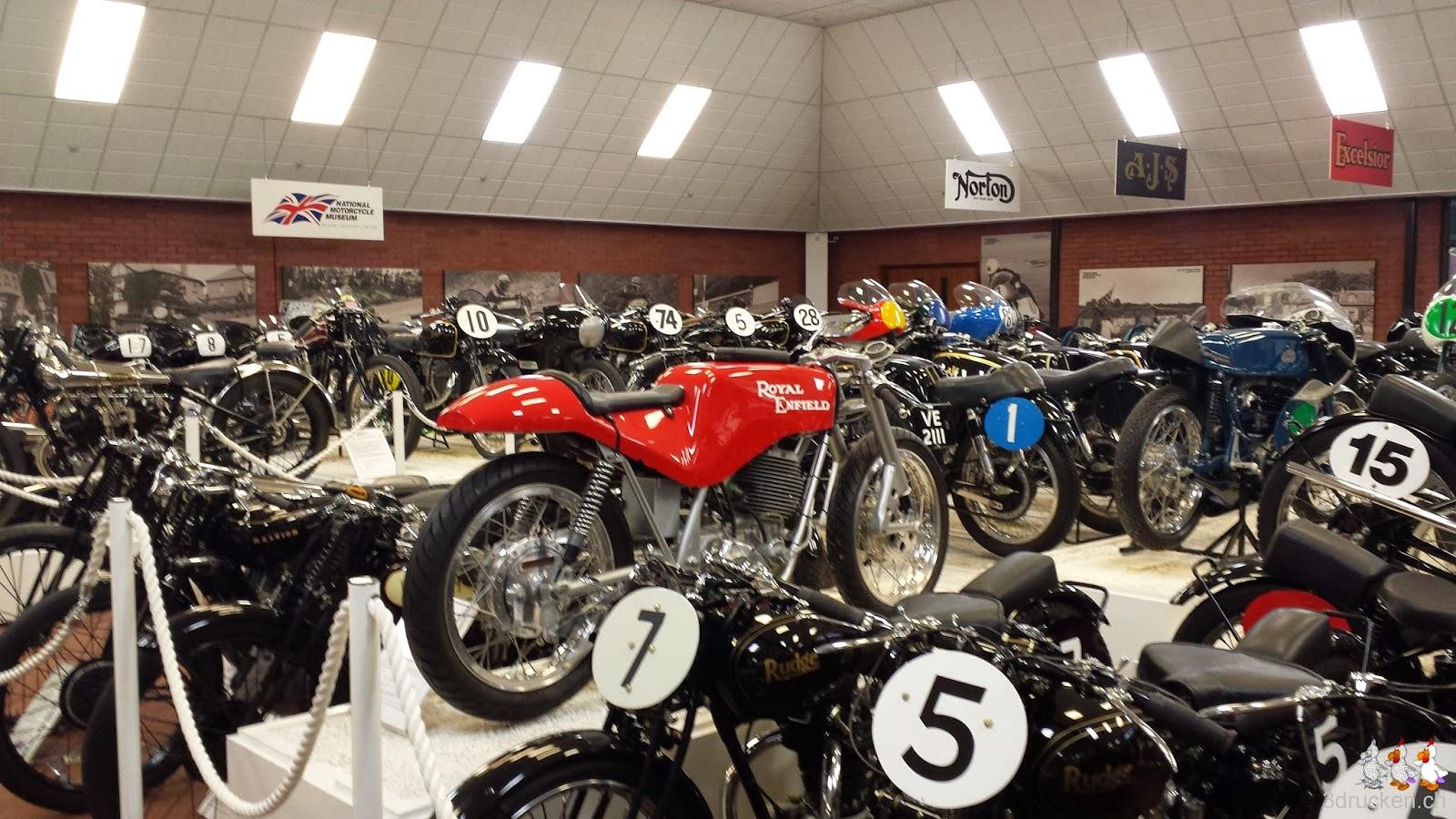 Foto von Rennmaschinen in der Ausstellung im British Motorcycle Museum