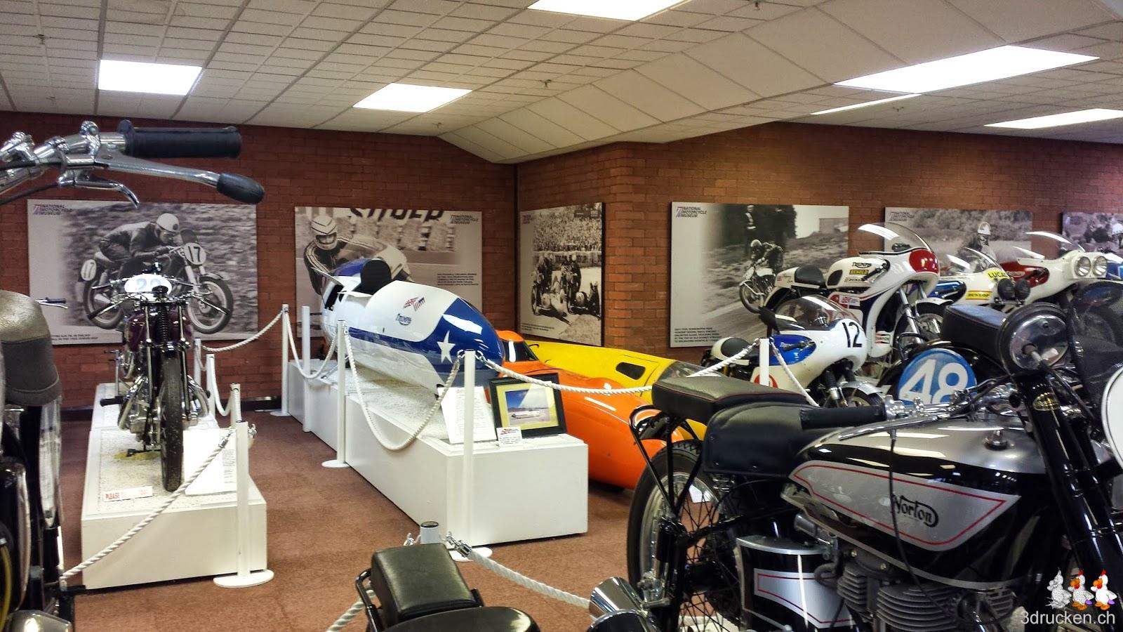 Foto von Rennmaschinen aus dem British Motorcycle Museum die kaum als Motorräder erkennbar sind