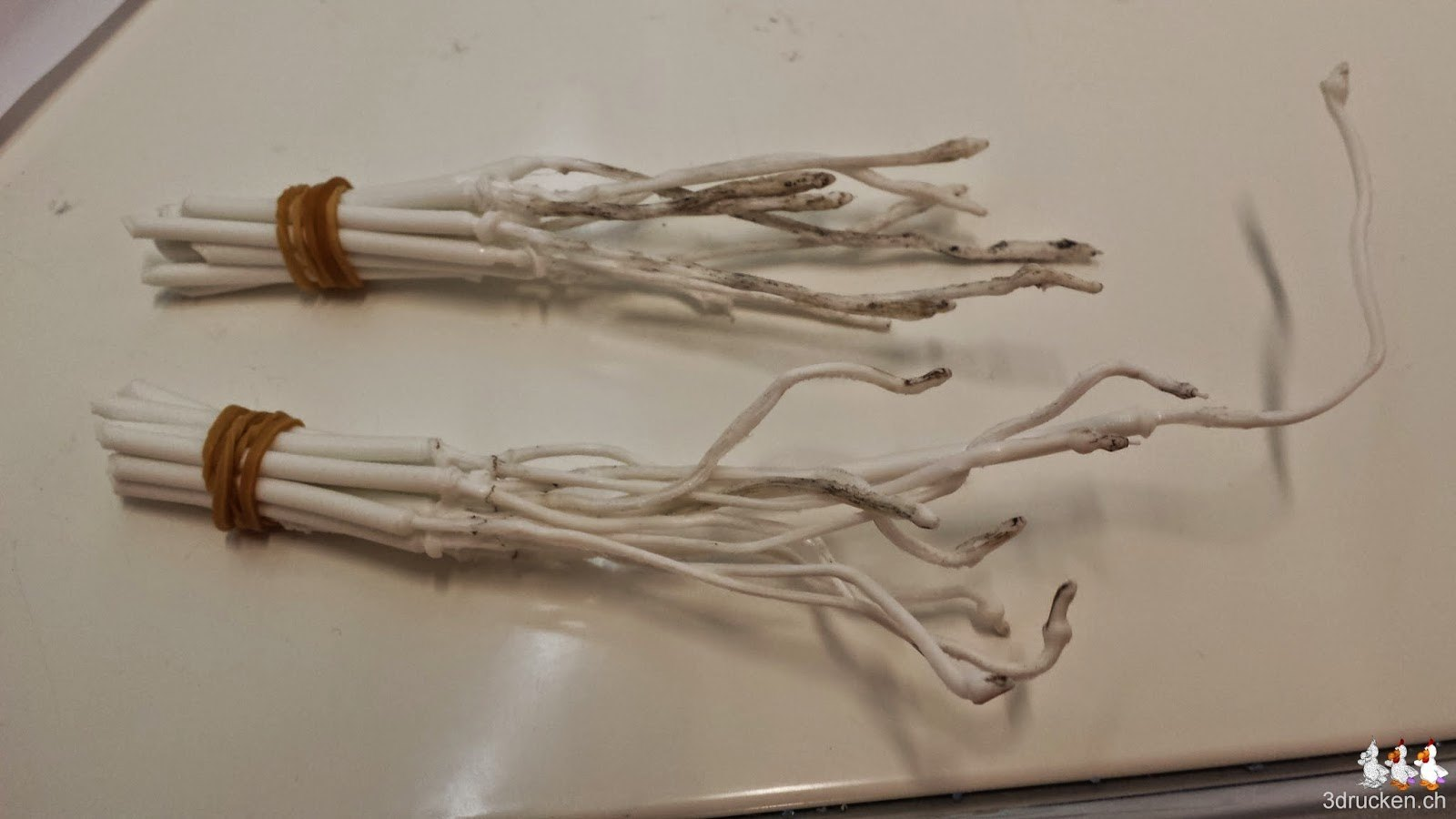 Foto der gesammelten Reinigungsstücke aus weissem PLA