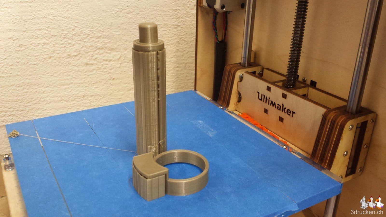 Foto der neu gedruckten Rollenhalterung für kleine Durchmesser auf dem Drucktisch des Ultimaker Original
