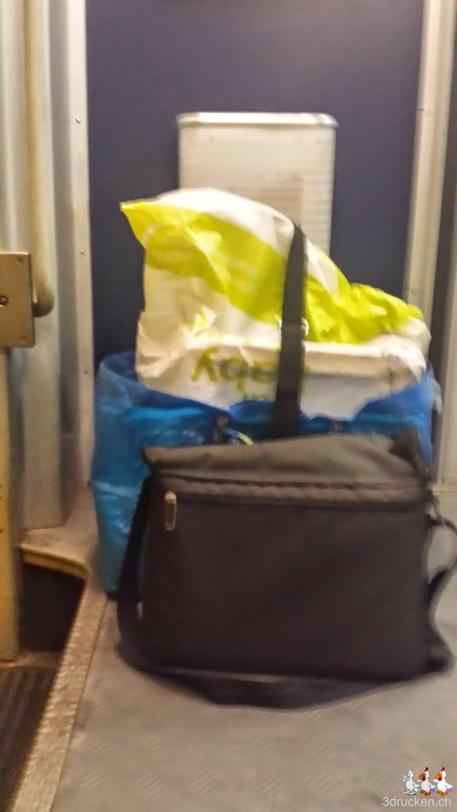 Foto unseres Reisegepäcks am Boden des SBB Wagens