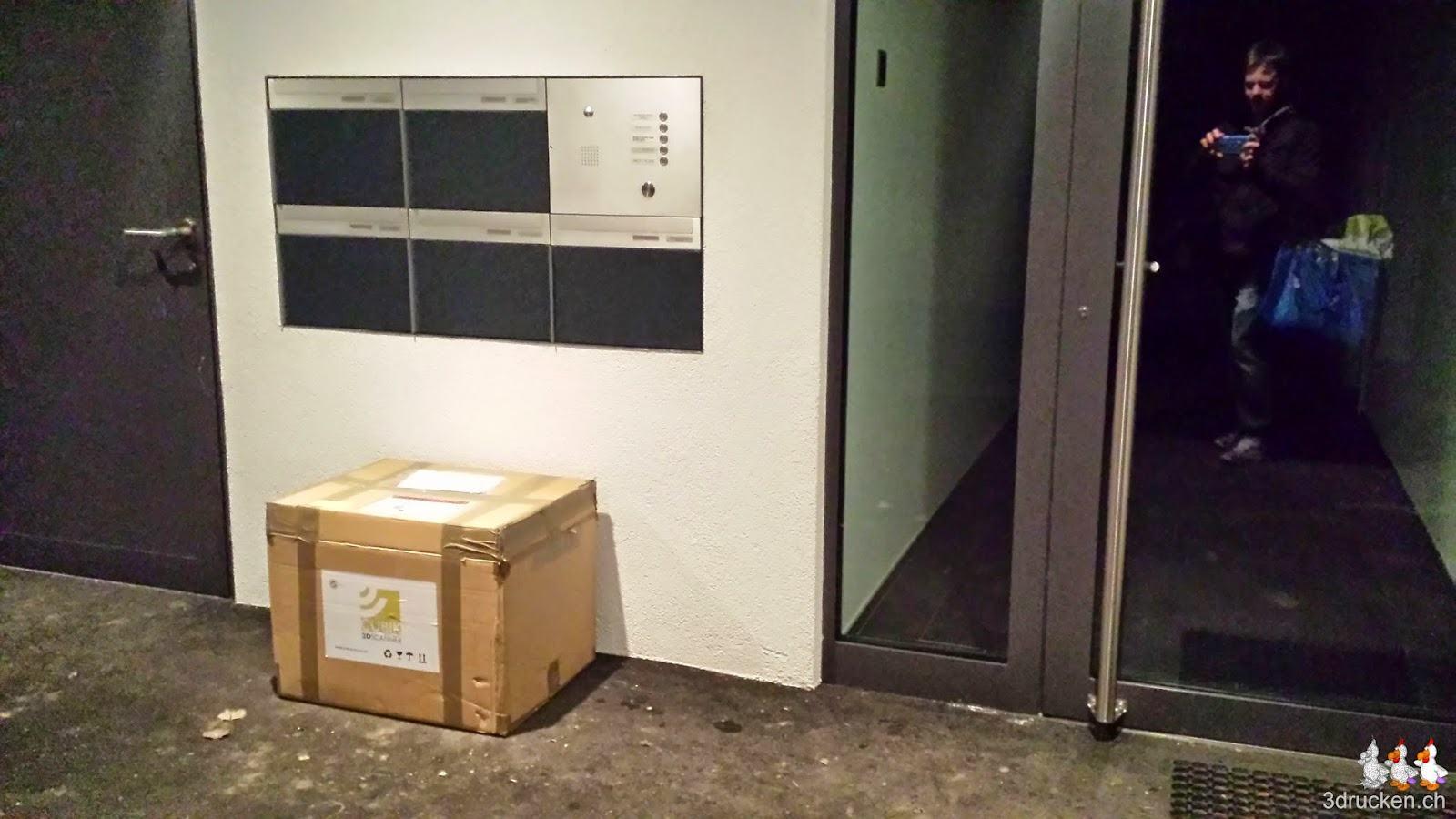 Foto des Pakets mit dem Cubik 3D-Scanner vor unserer Haustür