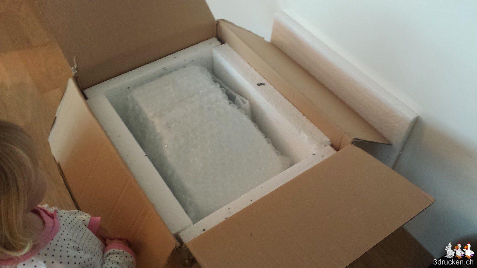 Foto der geöffneten Schachtel mit dem eingepackten Cubik 3D-Scanner drin
