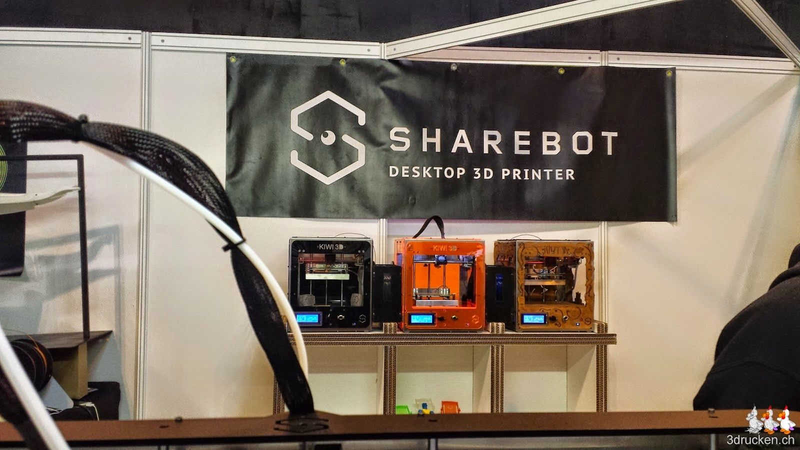 Foto von drei Sharebot Kiwis auf dem Stand von Sharebot an der TCT Show 2014 in Birmingham