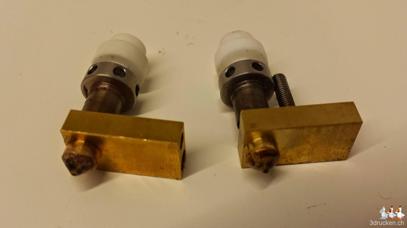 Foto zweier verbrauchter Sets an Düsen und Isolatoren