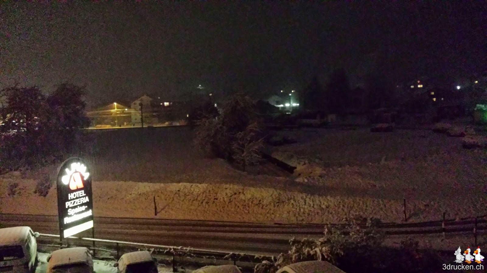 Foto der verschneiten Umgebung bei Nacht vom Hotelfenster aus