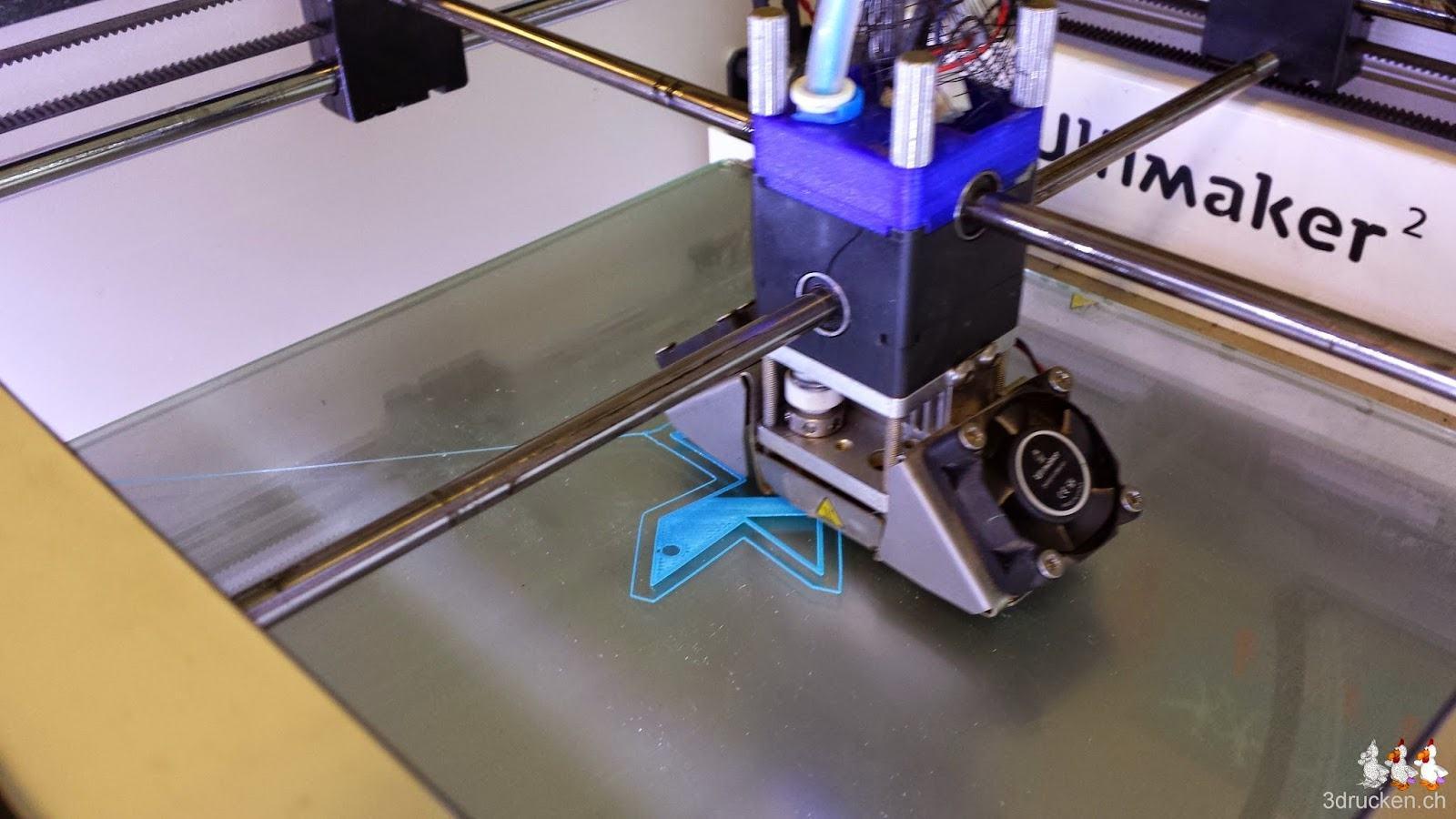 Foto des Drucktischs des Ultimaker 2 während des Drucks der ersten Schicht eines Anhängers