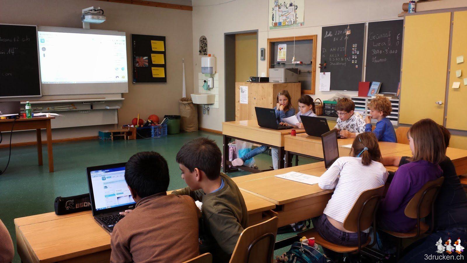 Foto vom Klassenzimmer mit den Schülerinnen und Schülern zu zweit an einem Notebook, vorne am Whiteboard das Beispiel aus Tinkercad