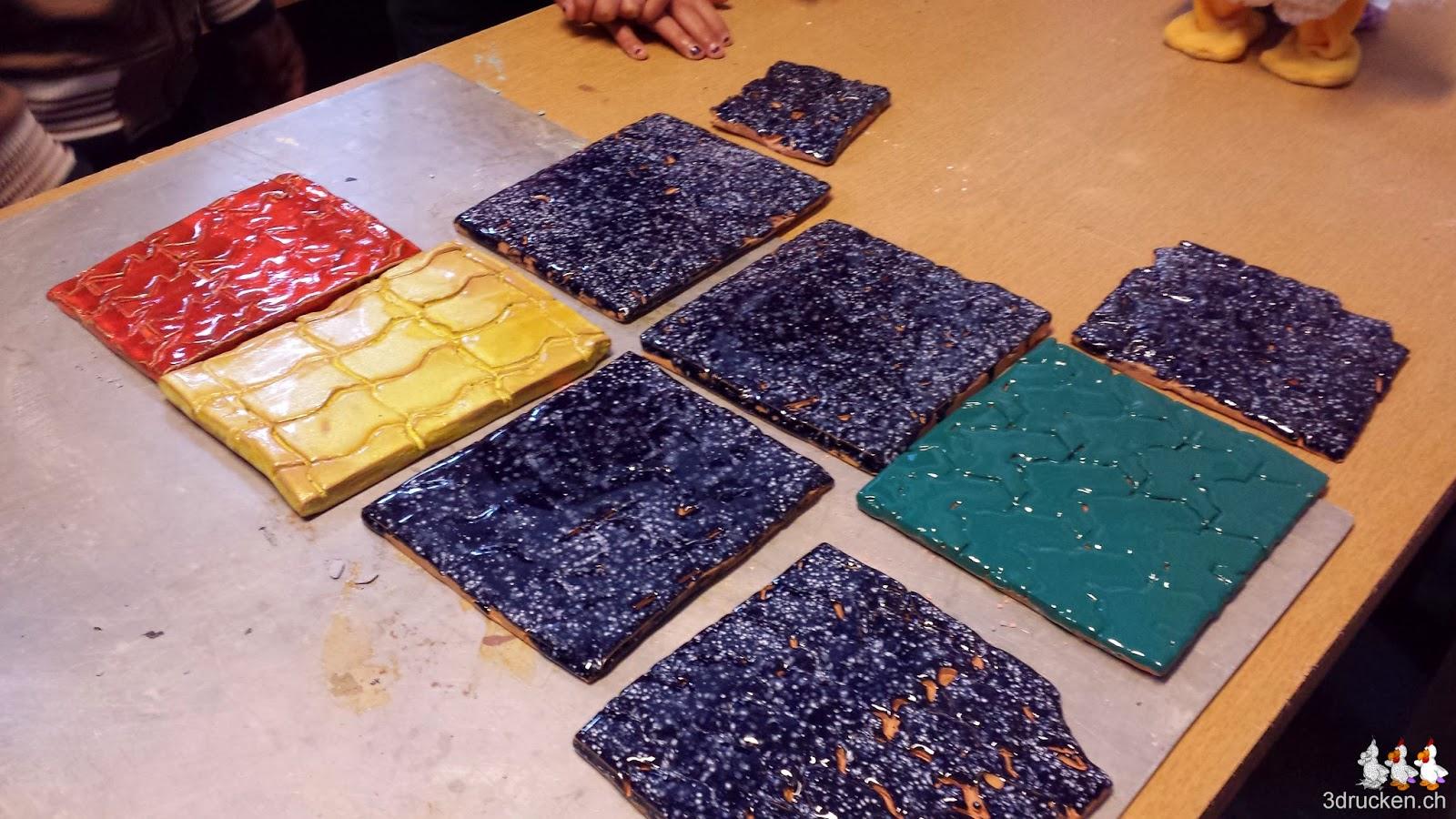 Foto von glasierten Tonplatten mit den Mustern der Parkettierformen auf einem Tisch