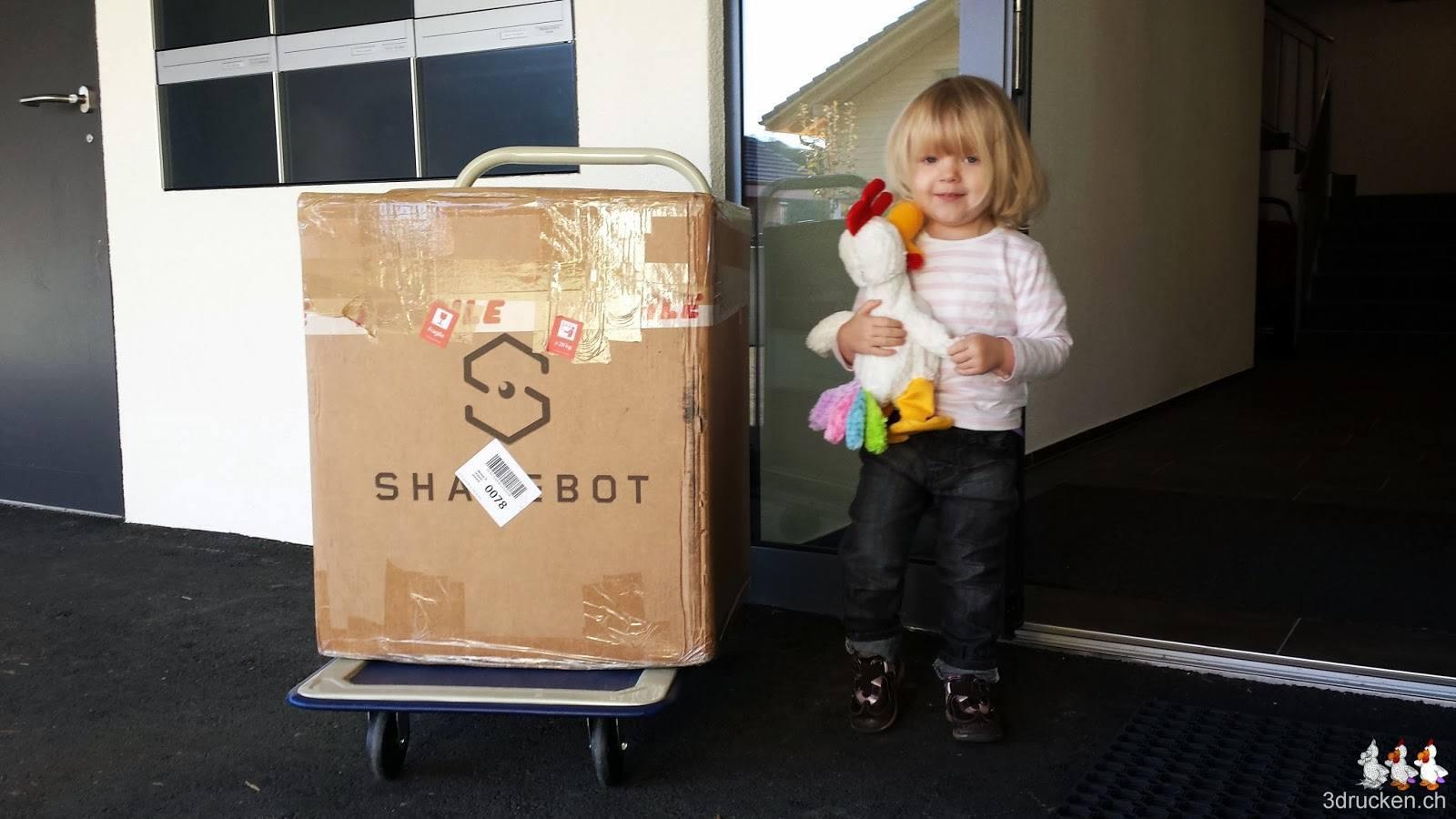 Foto mit Sharebot Next Generation, Amélie und dem Güggel vor unserem Hauseingang