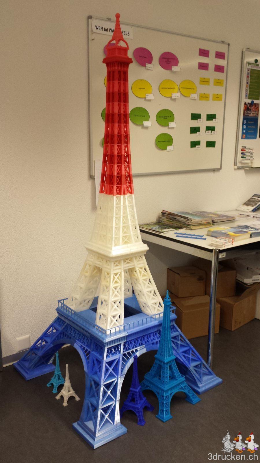 Foto vom grossen Eiffelturm mit vier kleineren Türmen zusammen