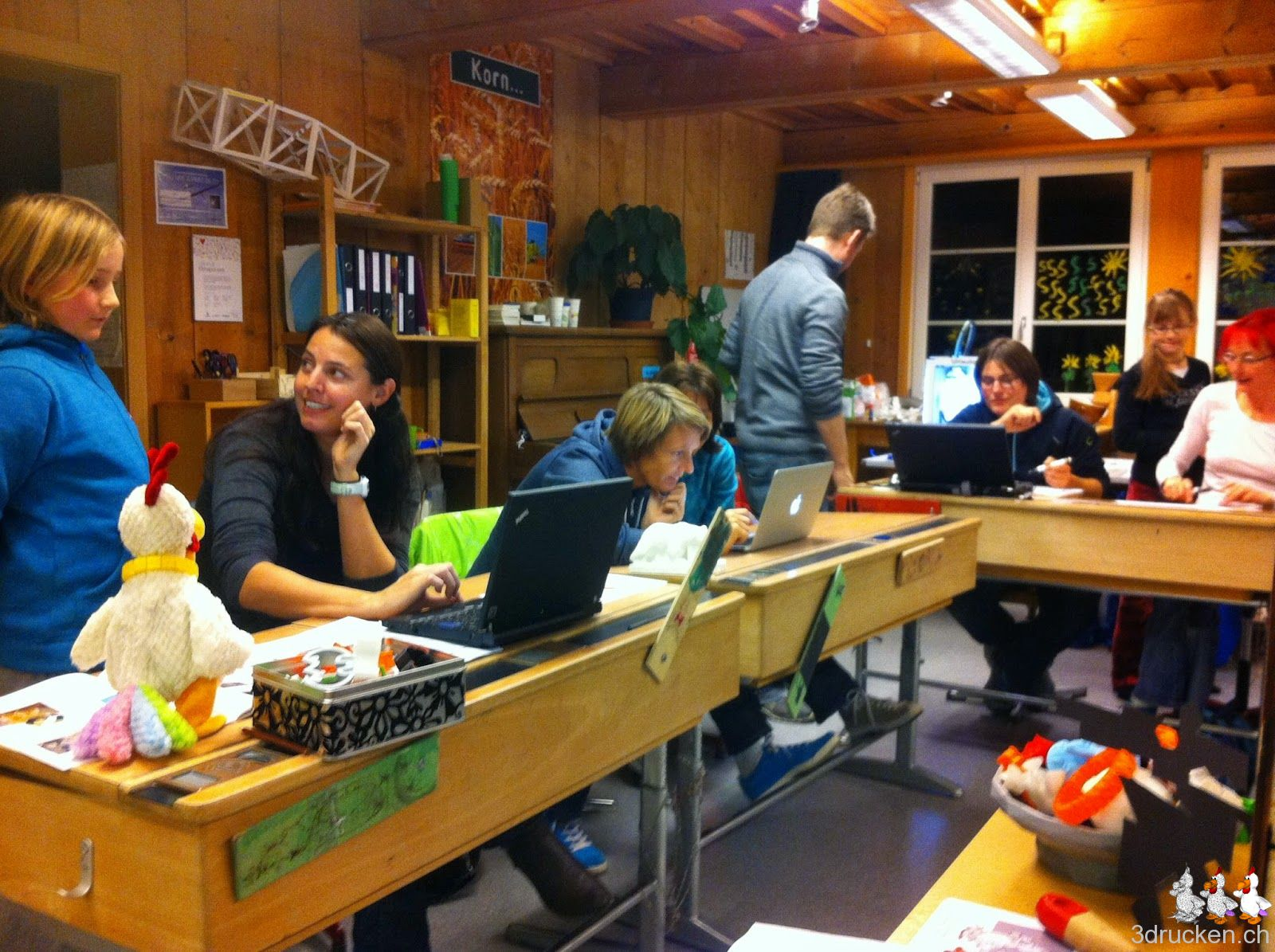 Foto mit Teilnehmerinnen und Teilnehmer beim Erstellen der Guezliförmli