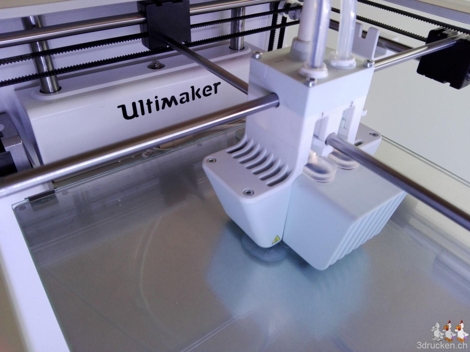 Druckkopf und Drucktisch des Ultimaker 3 von oben