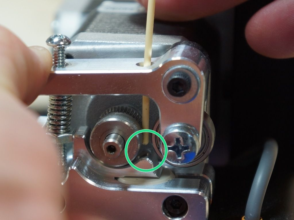 Foto von Printrbot welches das Einfädeln des Druckmaterials in den Extruder am Printrbot Simple Metal zeigt