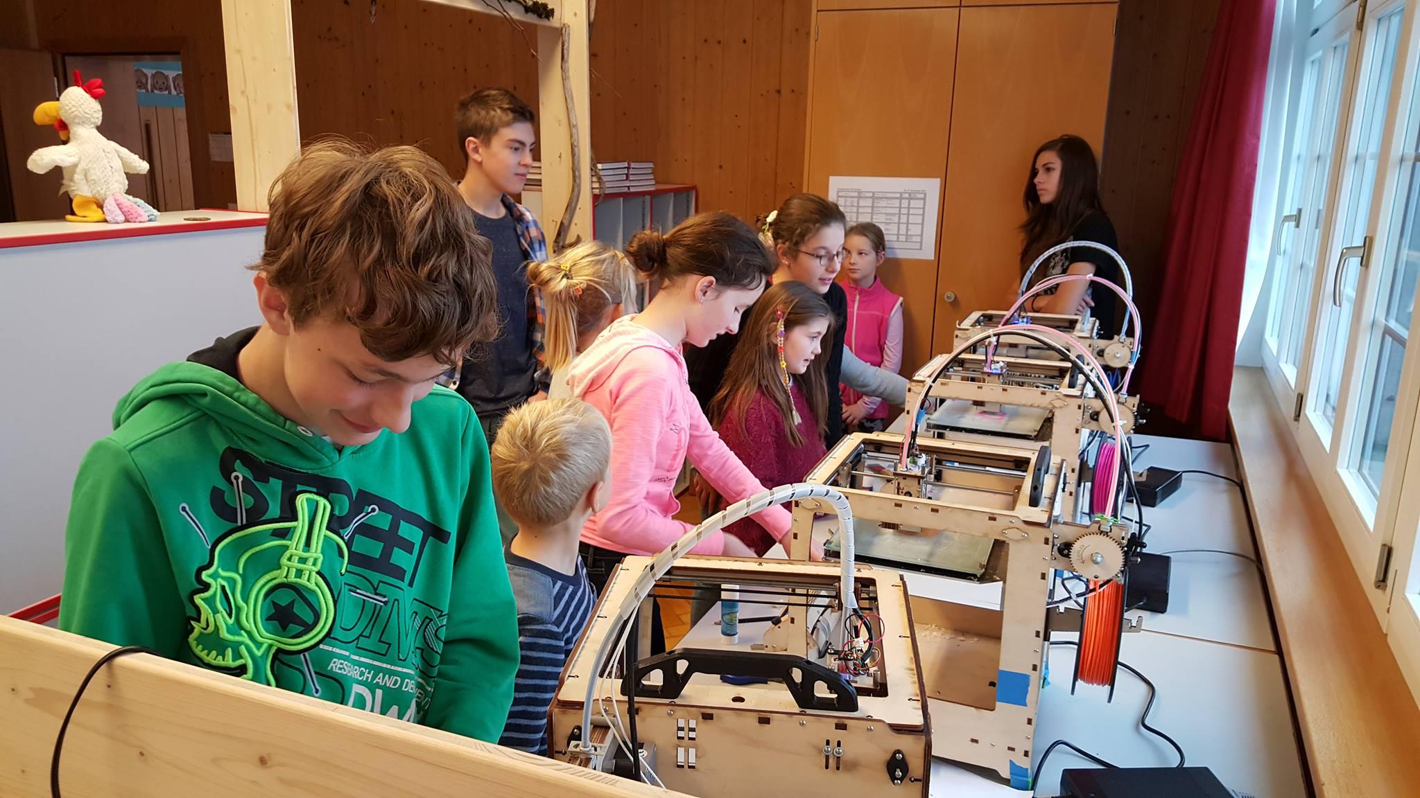 Schülerinnen und Schüler verschiedener Klassen arbeiten zusammen mit den Ultimaker 3D-Druckern