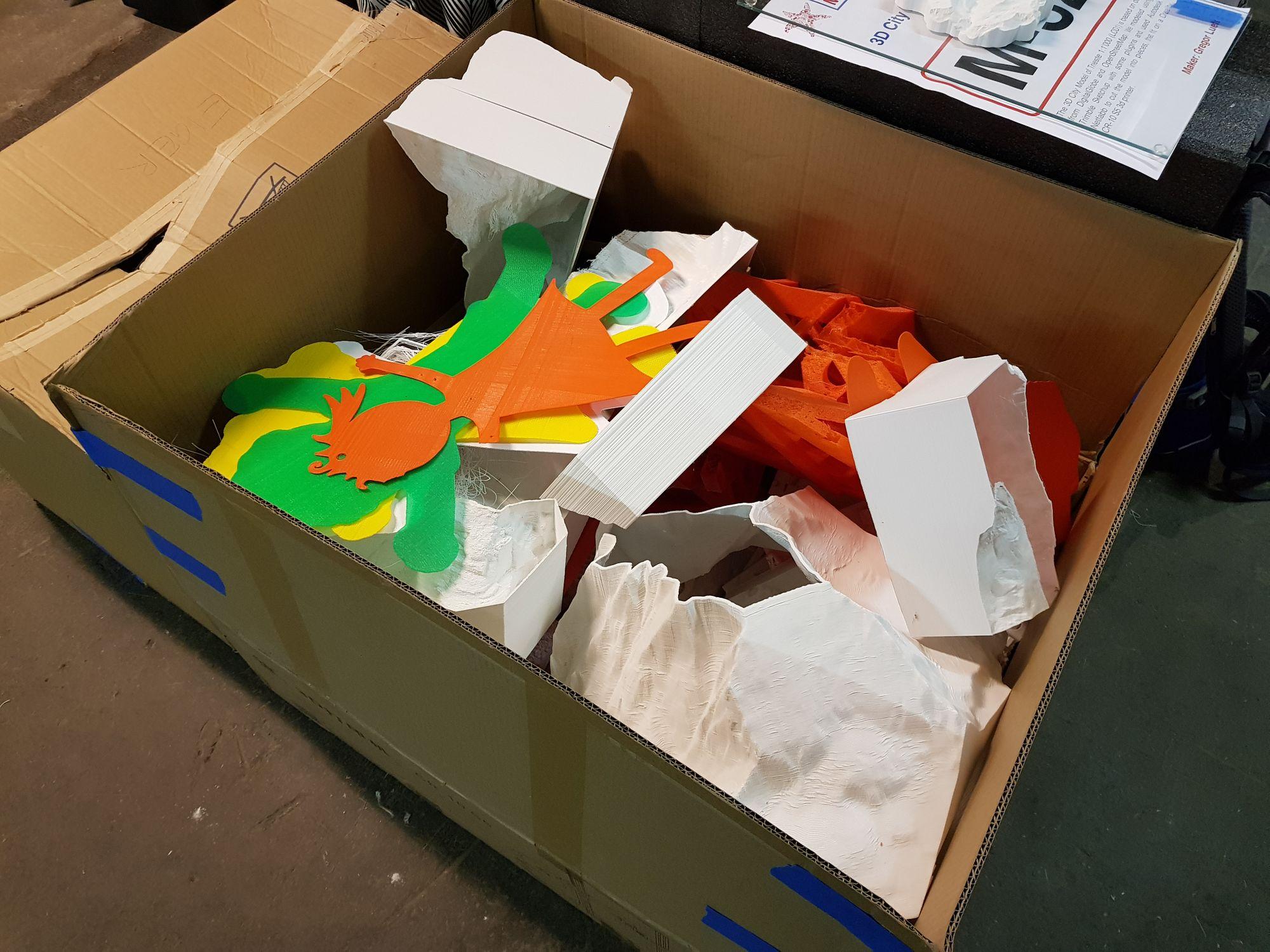 Grosse Kiste mit unseren Fehldrucken.