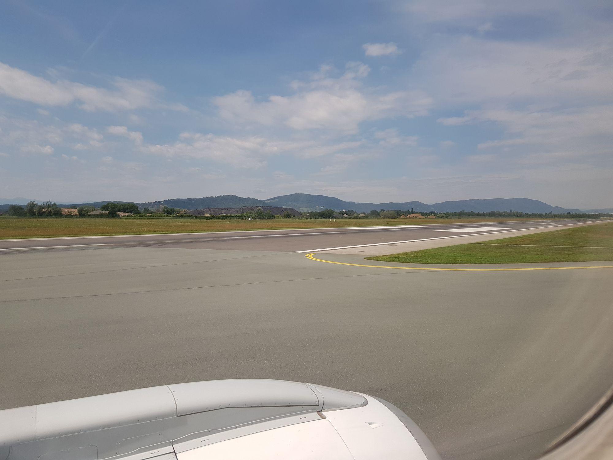 Landepiste in Graz, fotografiert aus dem Flugzeug.
