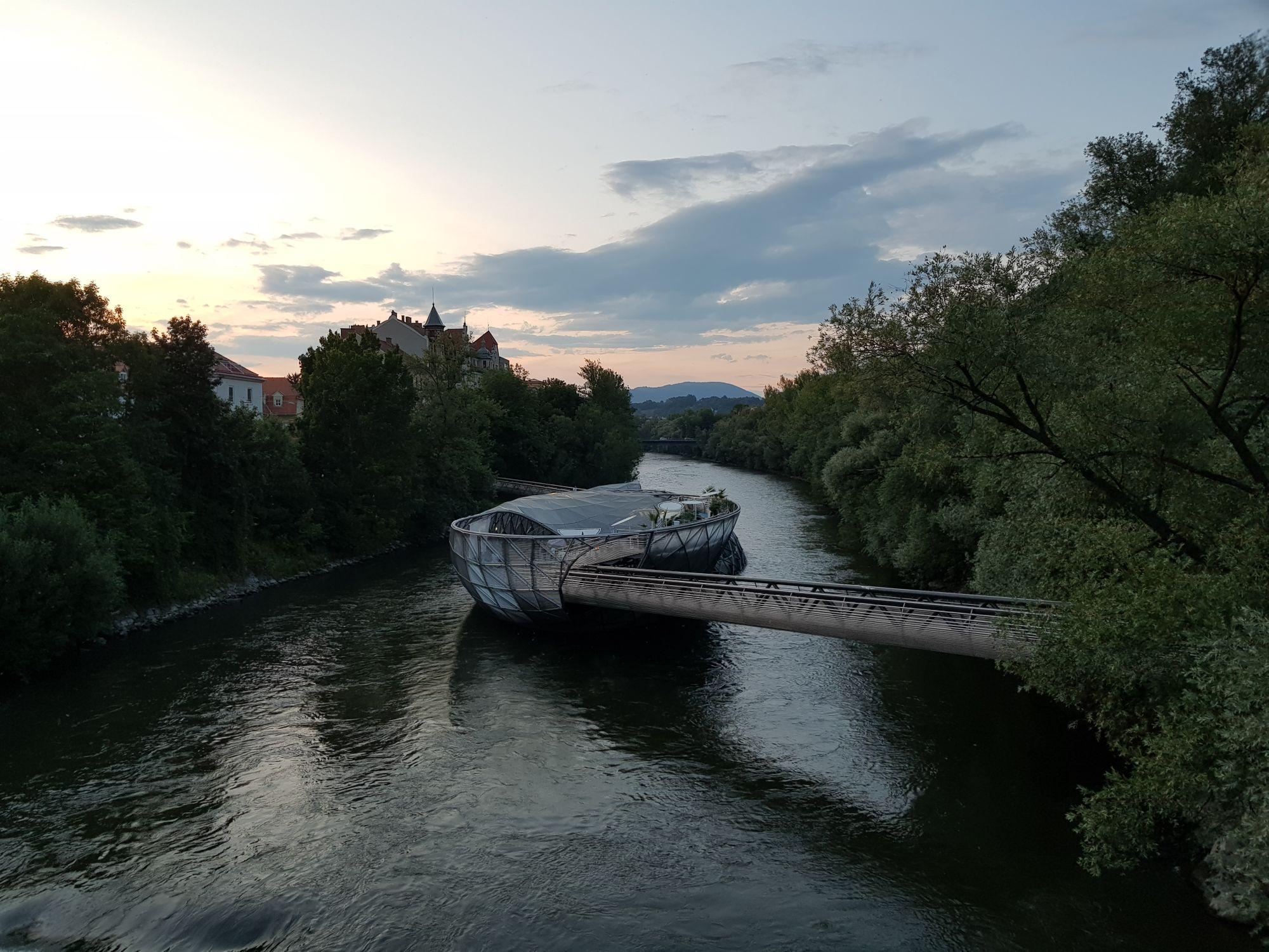 Ansicht der Murinsel von der benachbarten Brücke aus aufgenommen.