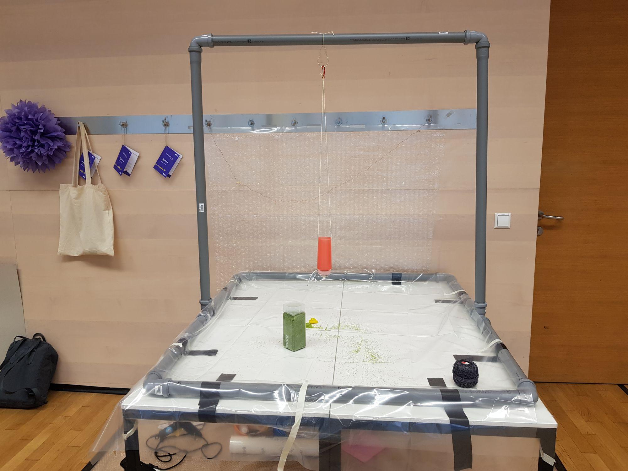 Aus PVC Röhren gebauter Rahmen für das Malen mittels Pendel.