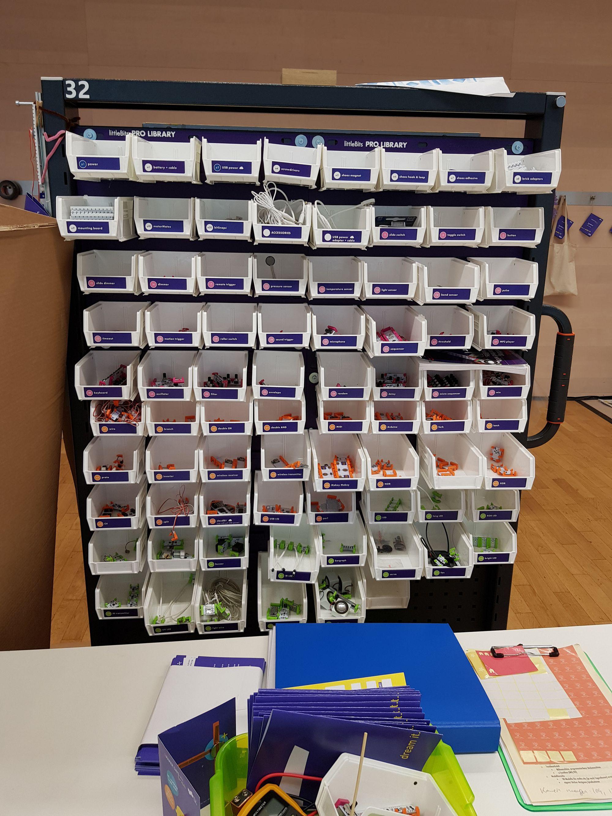 Fahrbare littleBits Pro Library.