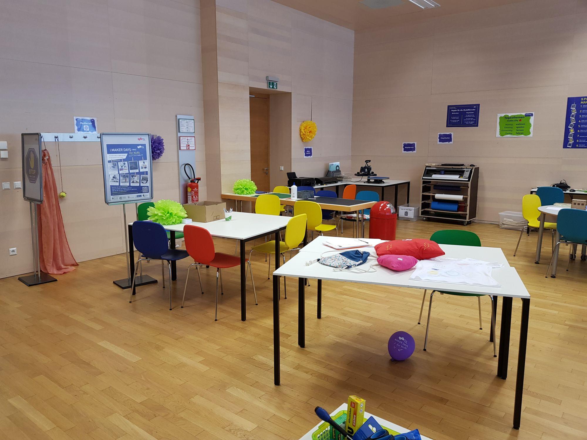 Blick in den Makerspace 2 mit verschiedenen Kreativstationen.