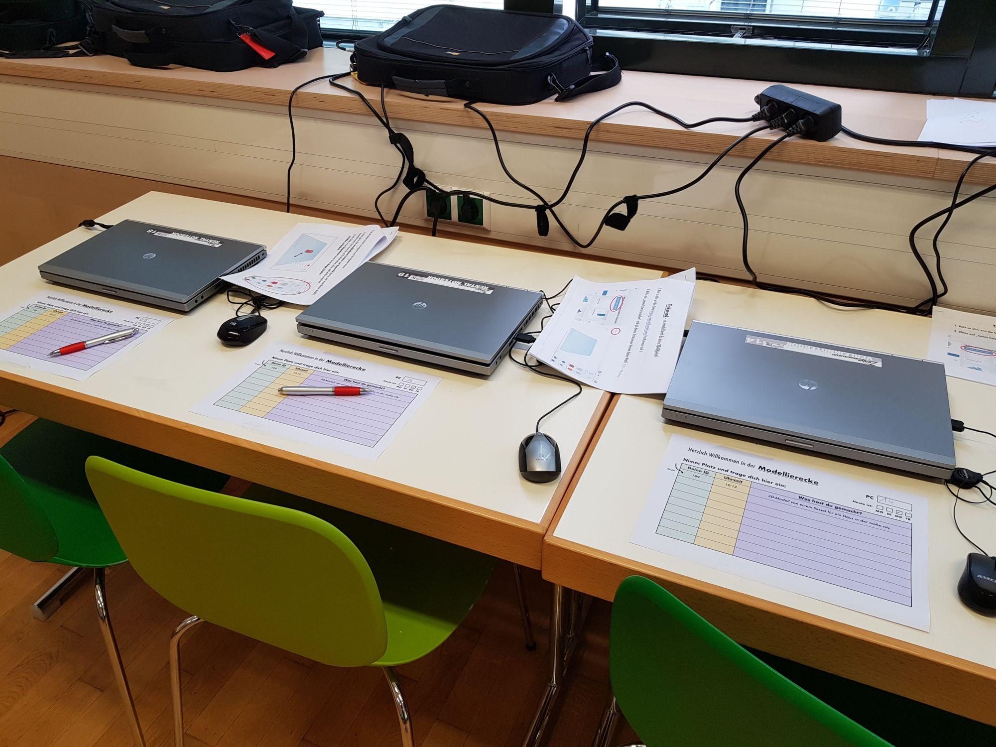 Drei Notebooks mit Kurzanleitungen zu Tinkercad in der Modellierecke.