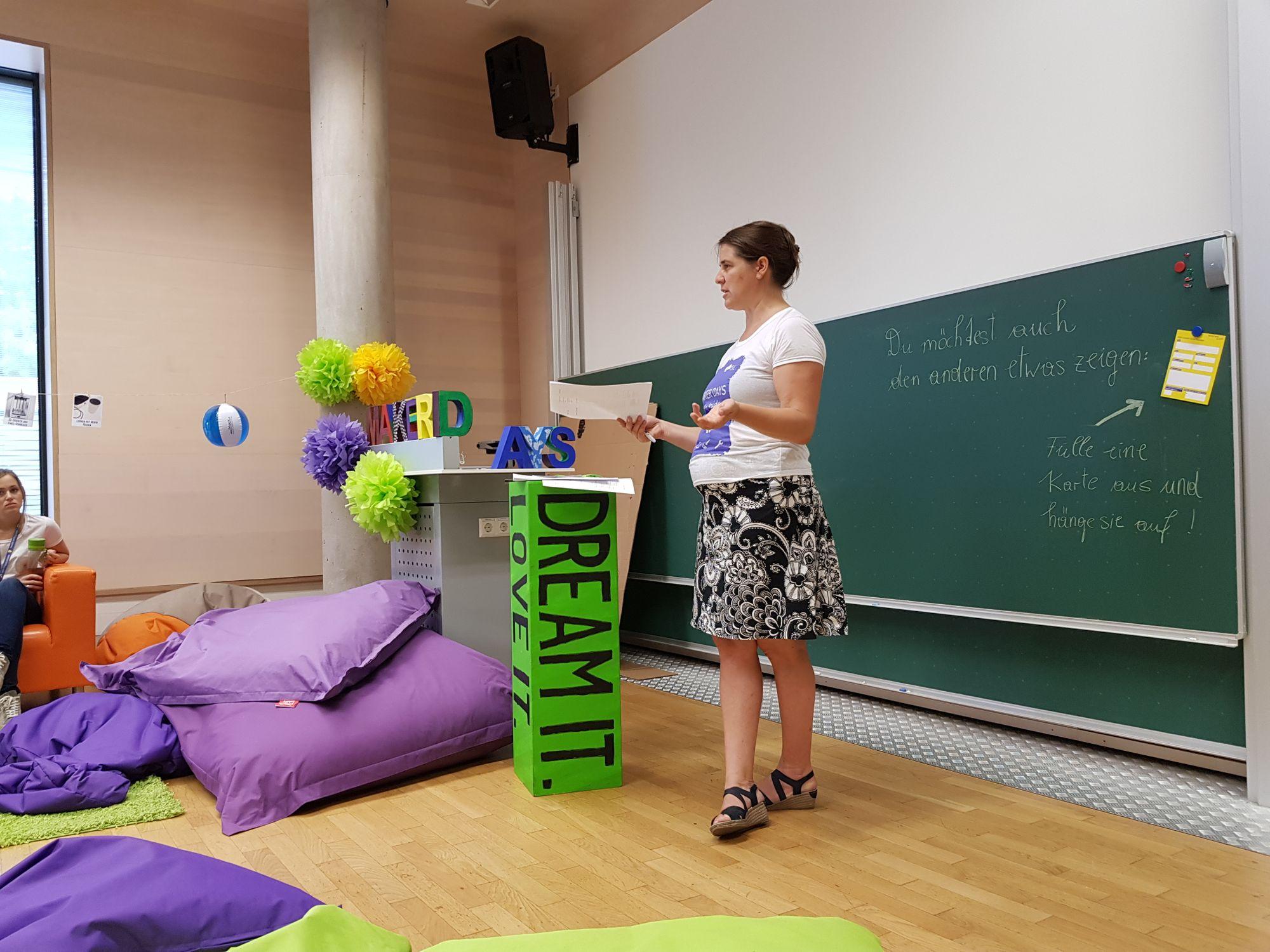Sandra Schön informiert beim Briefing vor den Leuten über den Tagesablauf.